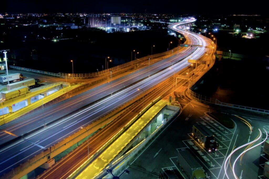 深夜の大阪、高速道路の光跡